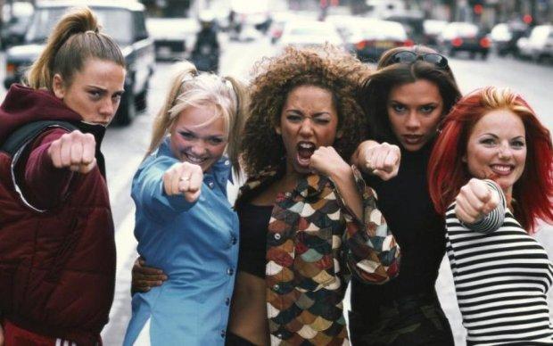 Зірка Spice Girls попалася на інтимних сценах зі своїм перукарем: фото