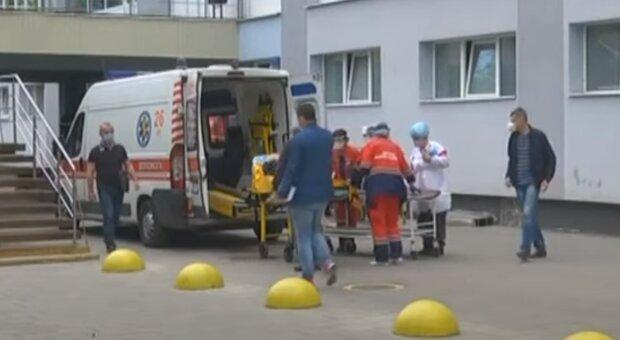 У Львові безхатька розбив інсульт просто на зупинці - городяни спрацювали, як годинник