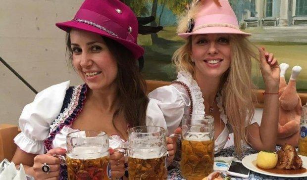 Полякова показала, как надо пить пиво