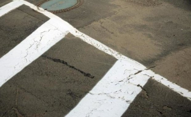 Киевавтодор наносит разметку на ямы и ухабы
