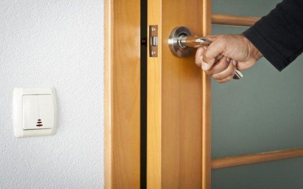 Руки американских работников снабдят дверными ручками