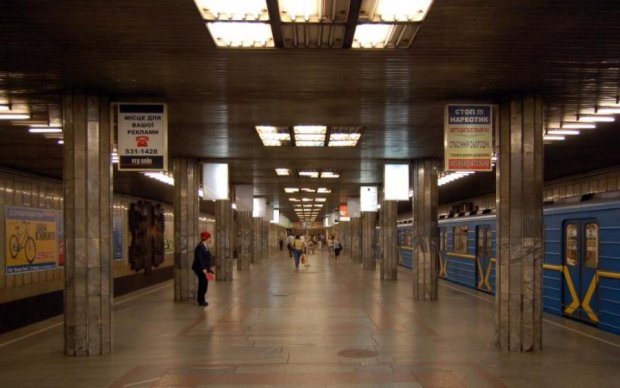 Пасажир, нашпигований боєприпасами, переполохав київське метро: фото