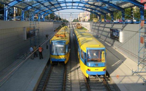 Не встиг проскочити: вантажівка на швидкості влетіла у київський трамвай, є постраждалі