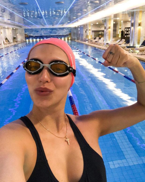 Супермама: вагітна Регіна Тодоренко виклала сексуальні фото з басейну
