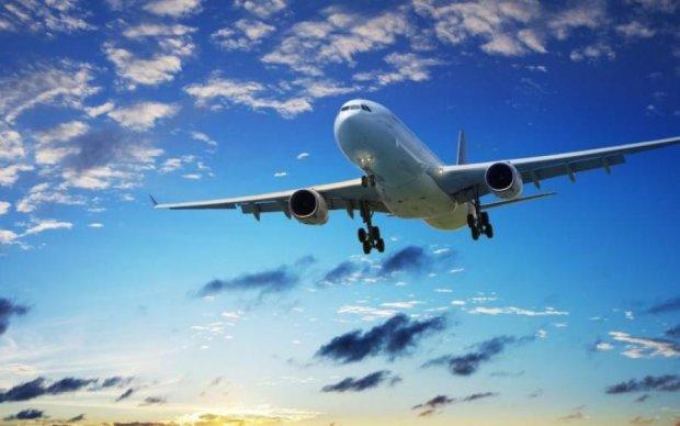 Самолет в полете начал разваливаться на части: видео