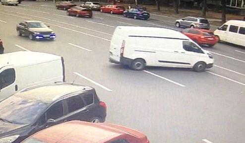 """У Дніпрі старенький Ford збожеволів і покотився без водія, мiстична ДТП шокувала всіх: """"Повстання машин?"""""""