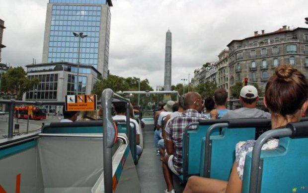 Испанцы напали на туристический автобус: видео