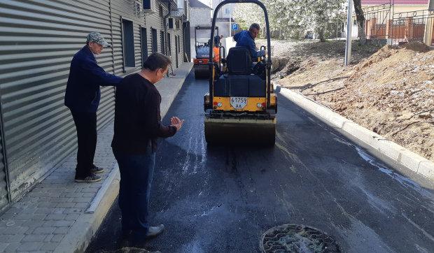В Киеве коммунальщики изобрели ноу-хау в ремонте дорог: по-богатому