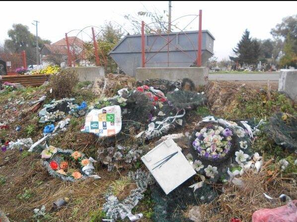 """На Закарпатье кладбище утопает в мусоре, на могилах - помойка: """"Остановитесь!"""""""
