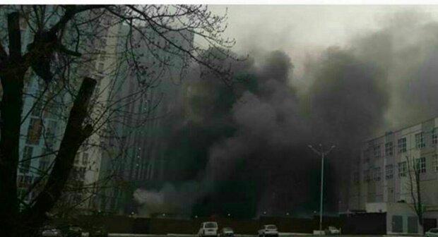 У Києві палають склади супермаркету, Солом'янка в диму - кадри надпотужної пожежі