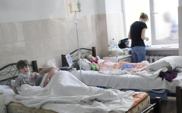 Не убила война, так добьют свои: на Донбассе отравили десятки детей