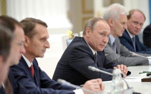 Соратники Путіна скликають таємну зустріч: стала відома причина