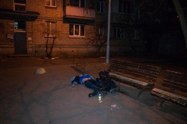 У Києві знайшли труп чоловіка, який загинув за дивних обставин: кадри 18+