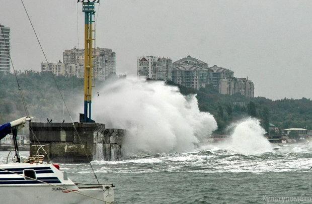 """Шторм в Одесі укутав пляжі """"збитими вершками"""": вражаючі фото"""