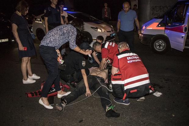 У Києві чоловік стрибнув під колеса вантажівки: збирають по частинах, відео 18+