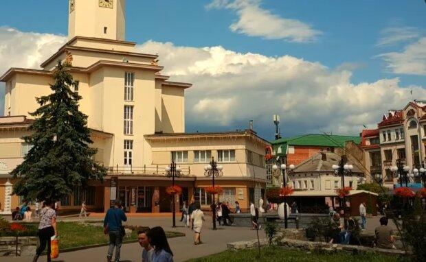 Франківчани встановили рекорд з отримання закордонних паспортів - прощавай, Україна