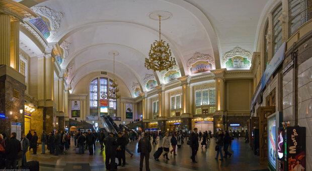 Кровь на паркете: на киевском вокзале искалечился мужчина, жуткие кадры