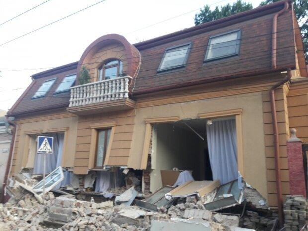 Подробиці жахливої трагедії в Чернівцях: на матір з дітьми обвалився столітній будинок
