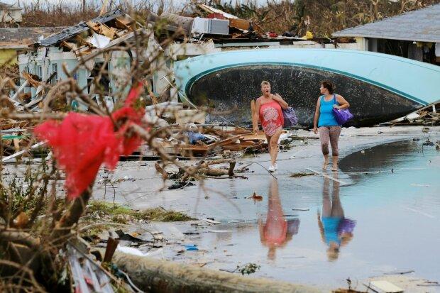 """Беспощадный ураган """"Дориан"""" убил полсотни человек, многие до сих пор под завалами: кадры не для слабонервных"""