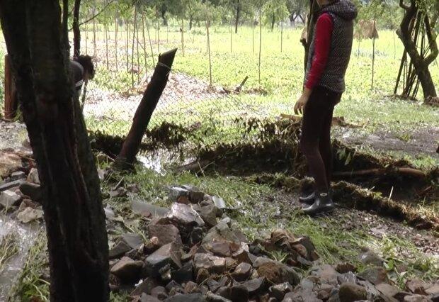 На Франковщине оползень едва не похоронил заживо одинокую маму и девочку с инвалидностью - остались без крыши над головой