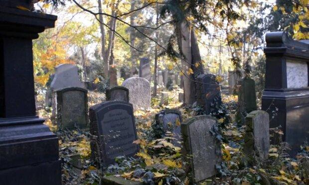 Кладбище / скриншот из видео