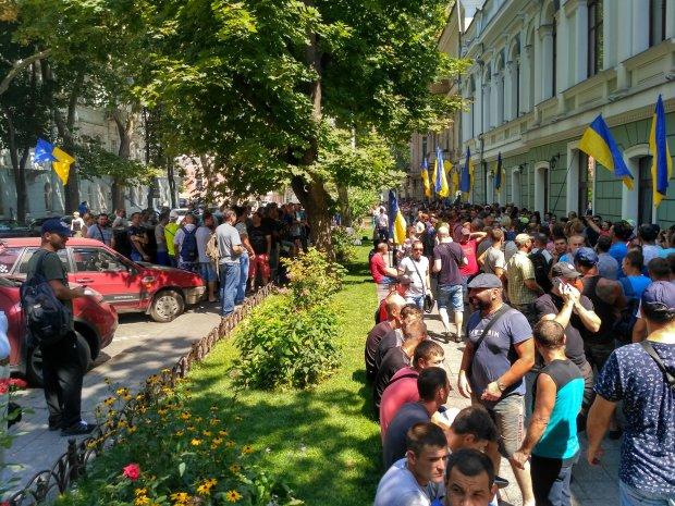 В Одессе толпа разъяренных жителей атаковала мэрию: что требуют от Труханова