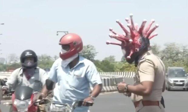 Індійський поліцейський з коронашоломом, скріншот: YouTube
