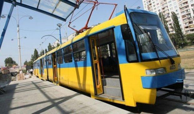 В Киеве пьяный водитель сбил ограждение трамвая и поехал по рельсам (фото)