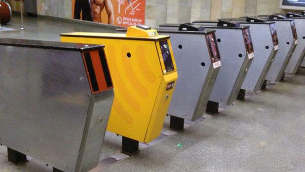 """Из метро Киева уберут турникеты, которые годами """"лупили"""" пассажиров: больше никаких синяков"""