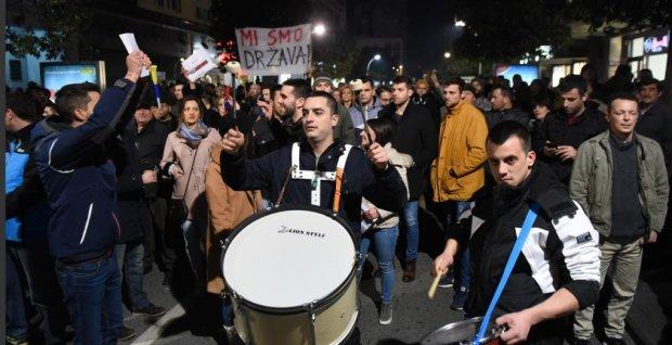 Тысячи людей вышли на улицы и требуют отставки президента и правительства: все из-за коррупции