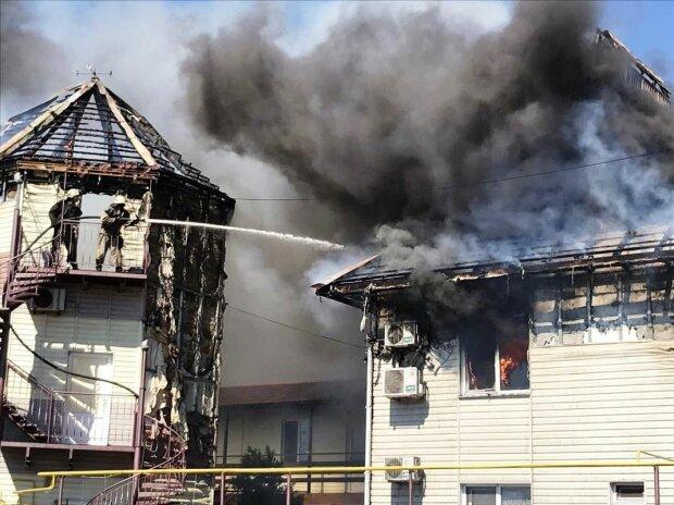 В Бердянске вспыхнул люксовый отель, постояльцы выбегали в одних полотенцах — сгорело все