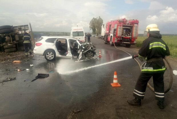 Під Дніпром вантажівка зім'яла легковик в консервну банку, молода пара загинула на місці - вижила тільки дитина