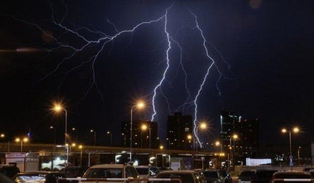 Киевлян ночью ждут сильные грозы и град