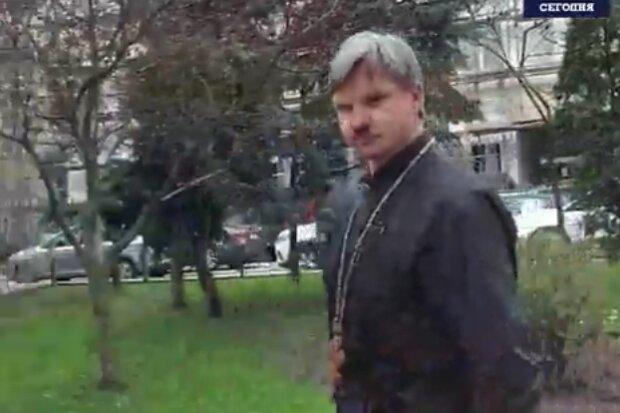 Священник, скриншот из видео