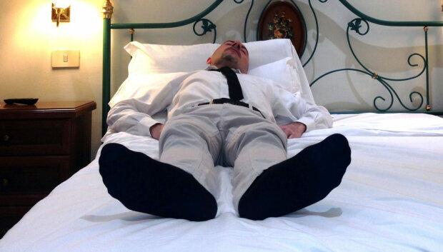 Одягайте шкарпетки і спати: лікарі сказали, як забезпечити здоровий сон і гарячі ночі