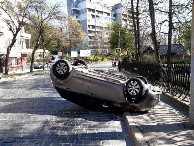 """У Львові Peugeot перекинувся в повітрі та """"почухав"""" дах об асфальт, кадри екшну"""