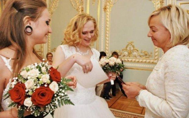 Скрепы трещат: в России впервые зарегистрировали однополый брак