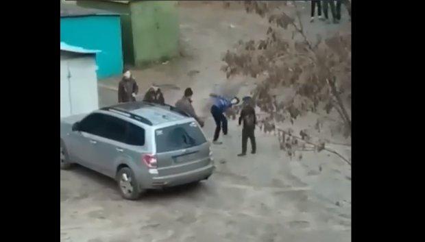 """""""Малолітні шакали"""" реготали та знущалися над пенсіонером у Харкові: недитяча жорстокість потрапила на відео"""