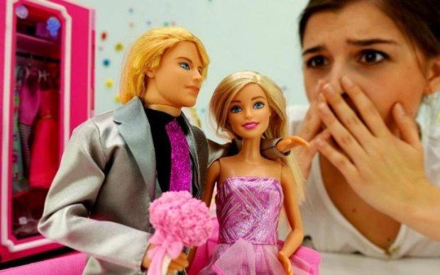 Украинка придумала, как идеально изуродовать кукол Барби: фото