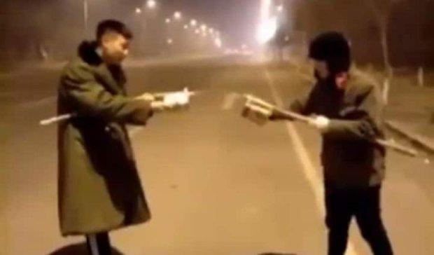 Двоє китайців влаштували дуель феєрверками (відео)