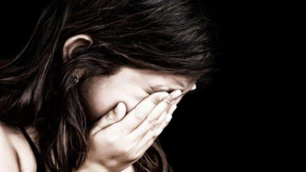 Схватил за шею и приказал молчать: киевская пятиклассница попала в лапы маньяка
