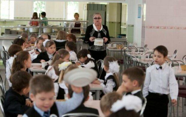"""Сніданок у київській школі не на жарт розлютив батьків: """"Хто злизав масло і не доїв яблуко?"""""""