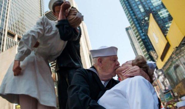 Сотні пар  повторили легендарний поцілунок моряка і медсестри (фото)