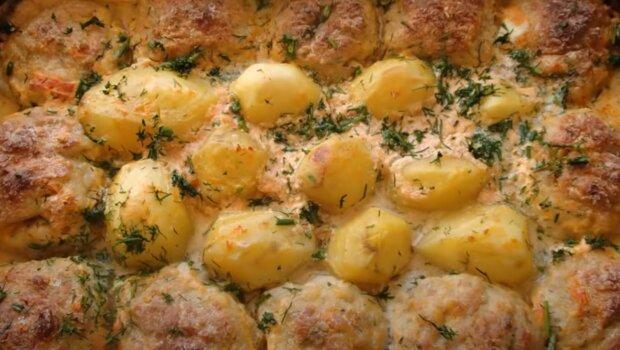 Ароматные котлетки на картофельной подушке – ужин для всей семьи за 30 минут