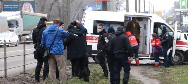 """У Тернополі два психи """"схрестили мечі"""" на жвавій трасі: """"Біжи, у нього пістолет!"""""""