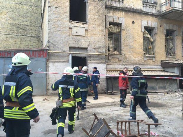 """У Харкові обвалився торговий павільйон: територія оточена, працюють рятувальники, """"швидкі"""" розвозять постраждалих"""