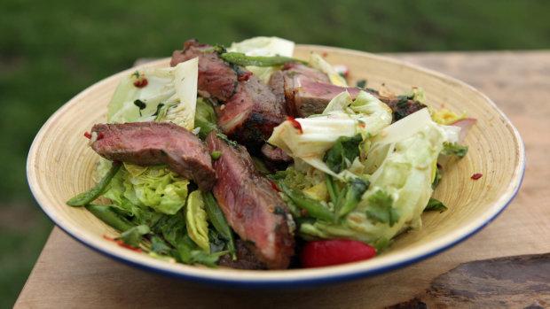 Рецепт сытного салата из говядины