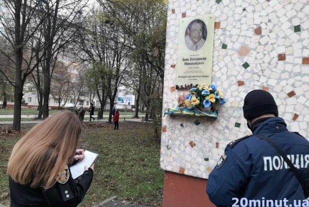 """В Тернополе вандалы повредили мемориал погибшему медику, фото: """"20 минут"""""""