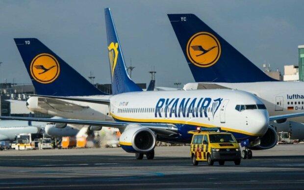 Boeing 737 авіакомпанії Ryanair спалахнув, як факел в повітрі: перші кадри з літака