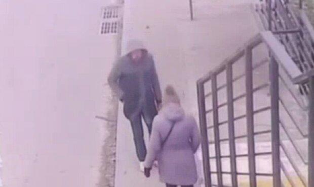 У Києві псих напав на дівчину, кадр з відео: Telegram Х**вый Киев